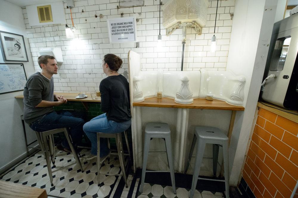 伦敦市中心,游客参观以前是公厕、现在被改成咖啡馆的地方