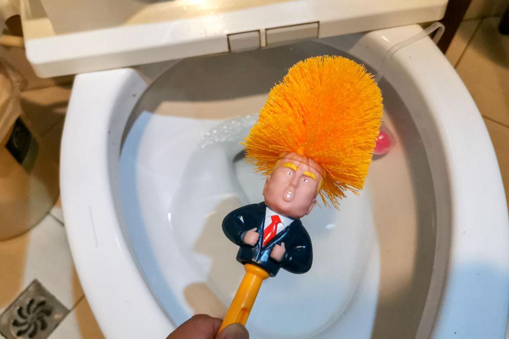 上海厕所内带有特朗普画像的马桶刷