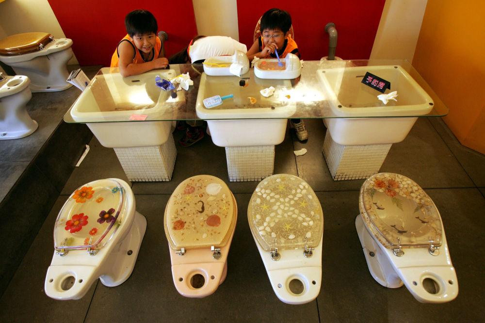 台湾高雄的一家主题餐厅内,孩子们吃着被做成迷你厕所样子的冰淇淋