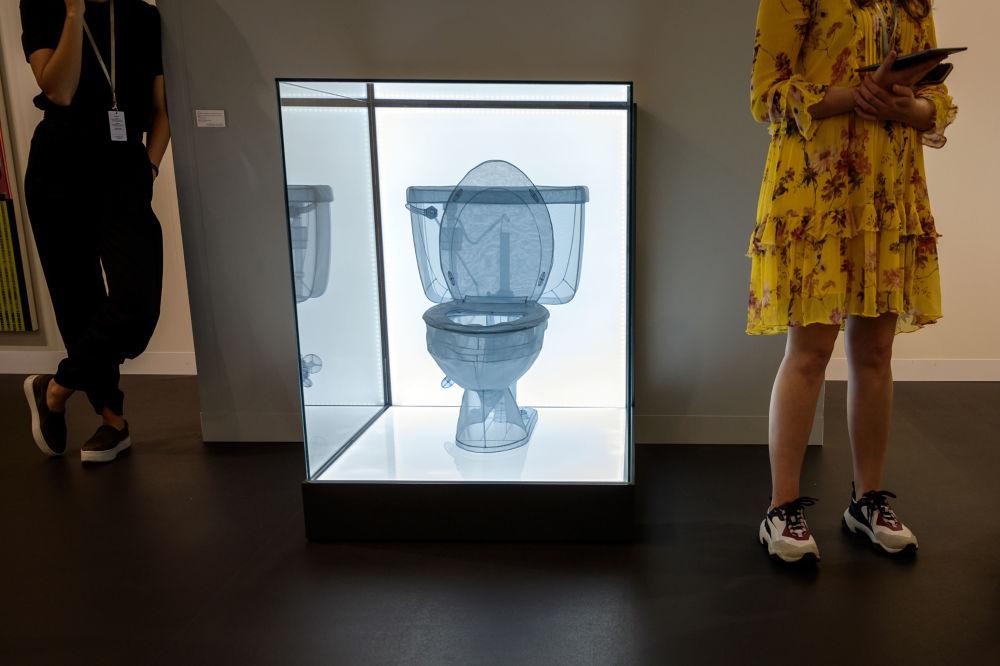 """瑞士巴塞尔立木画廊(Lehmann Maupin)中陈列的韩国画家徐道获的题为""""Toilet, Apartment A, 348 West 22nd Street, New York, NY 10011, USA""""的艺术作品"""