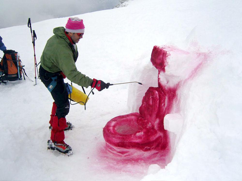 科尔德弗拉姆博山口,丹麦艺术家用冰和油漆做成的厕所雕塑