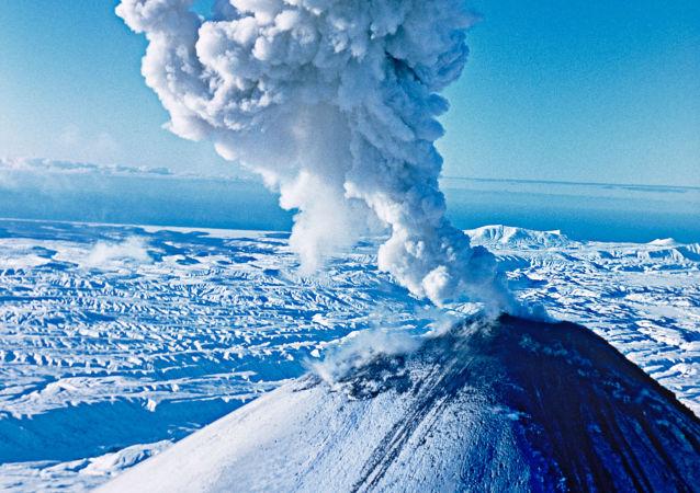 俄堪察加半岛克柳切夫火山喷出6000米高灰柱