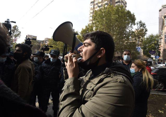媒体:亚美尼亚总理反对者封锁久姆里通往格鲁吉亚边界的公路