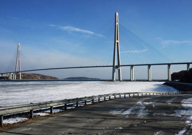 俄符拉迪沃斯托克通往俄罗斯岛桥梁因冰凌将再关闭两天