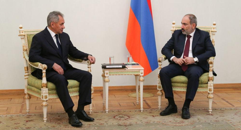 俄罗斯国防部长绍伊古(左)和亚美尼亚总理帕希尼扬