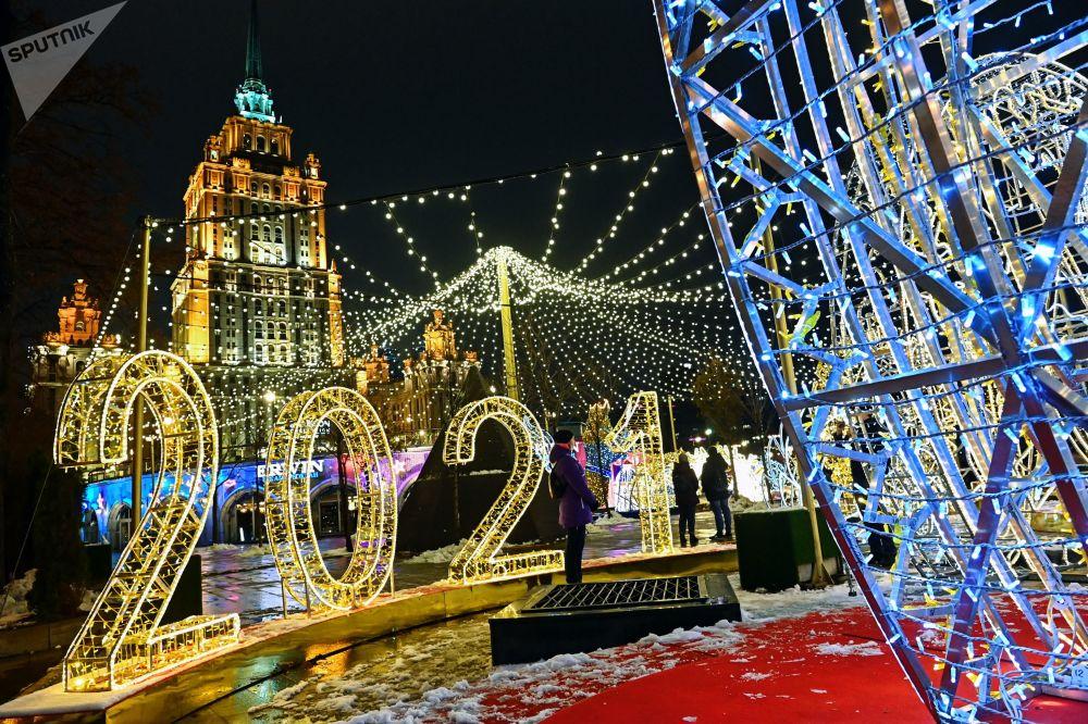 莫斯科塔拉斯·舍甫琴科河岸街的新年彩灯