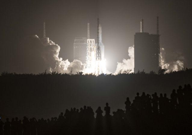 """中国""""长征-5""""火箭成功将月球探测器送入预定轨道"""