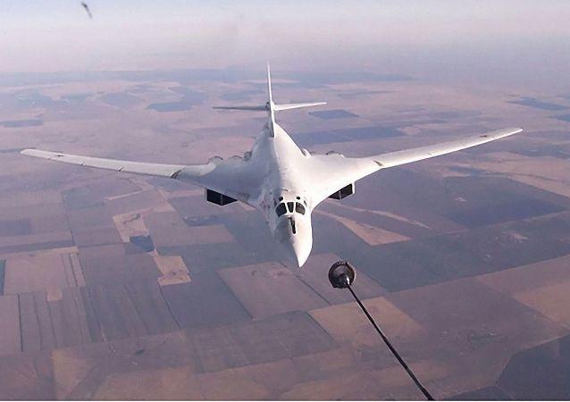 图-160战略轰炸机完成空中加油