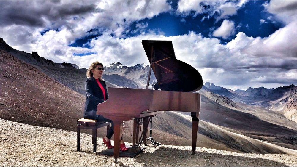 乌克兰钢琴家依芙琳娜 (Evelina De Lain)在喜马拉雅山演奏,创下世界纪录