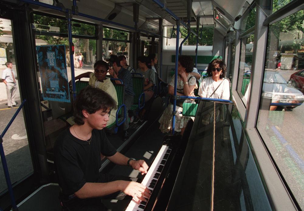 钢琴家在法国公交车上表演