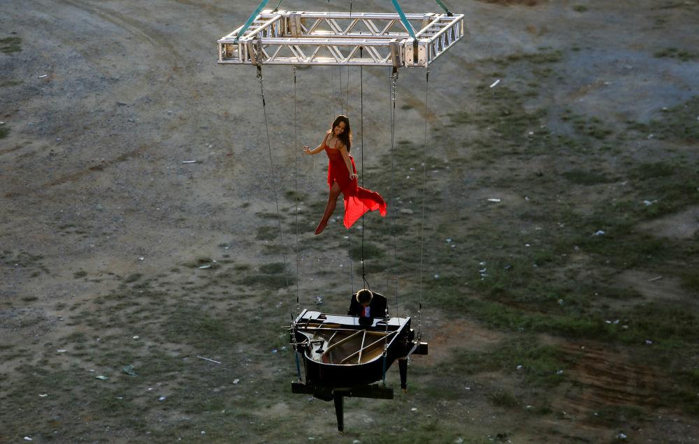 巴西钢琴家和芭蕾舞演员在圣保罗空中表演
