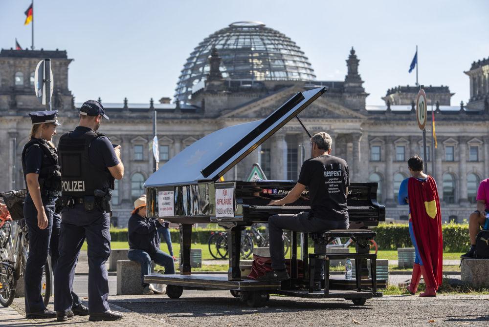 柏林反德国国会钢琴表演现场的警察