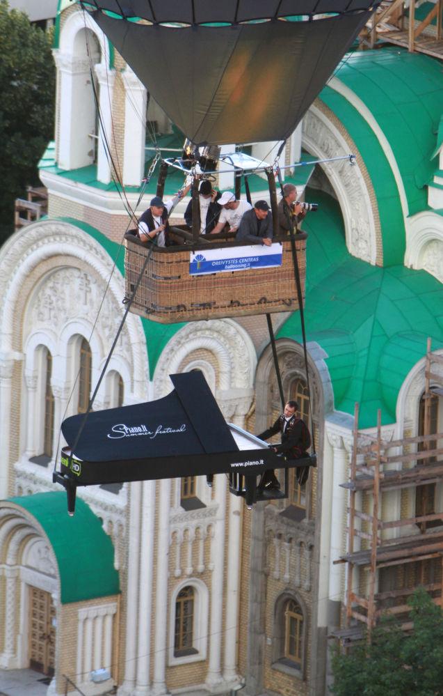立陶宛维尔纽斯热气球节上一名特技演员假装弹纸钢琴
