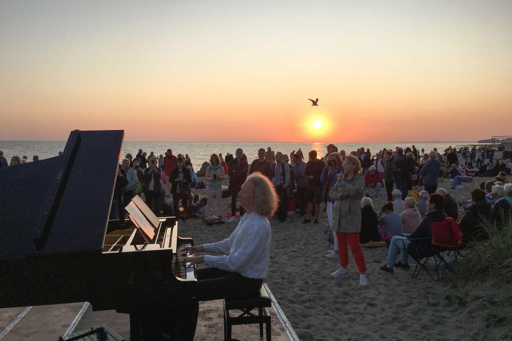 一名男子在德国海滩演奏钢琴