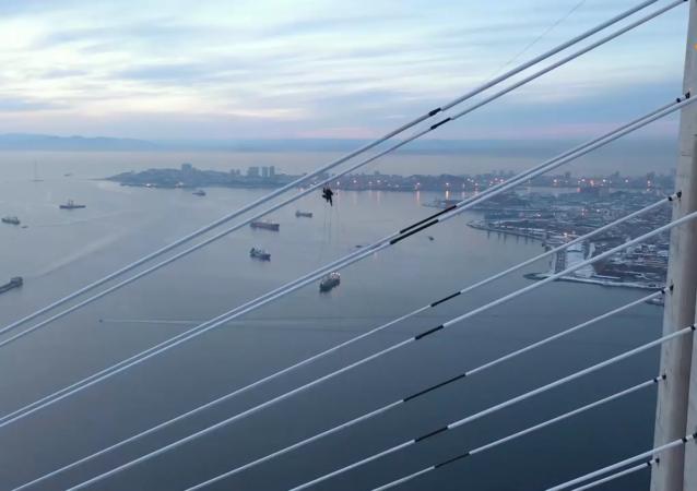 令人屏息:登山运动员为符拉迪沃斯托克俄罗斯岛桥梁清冰