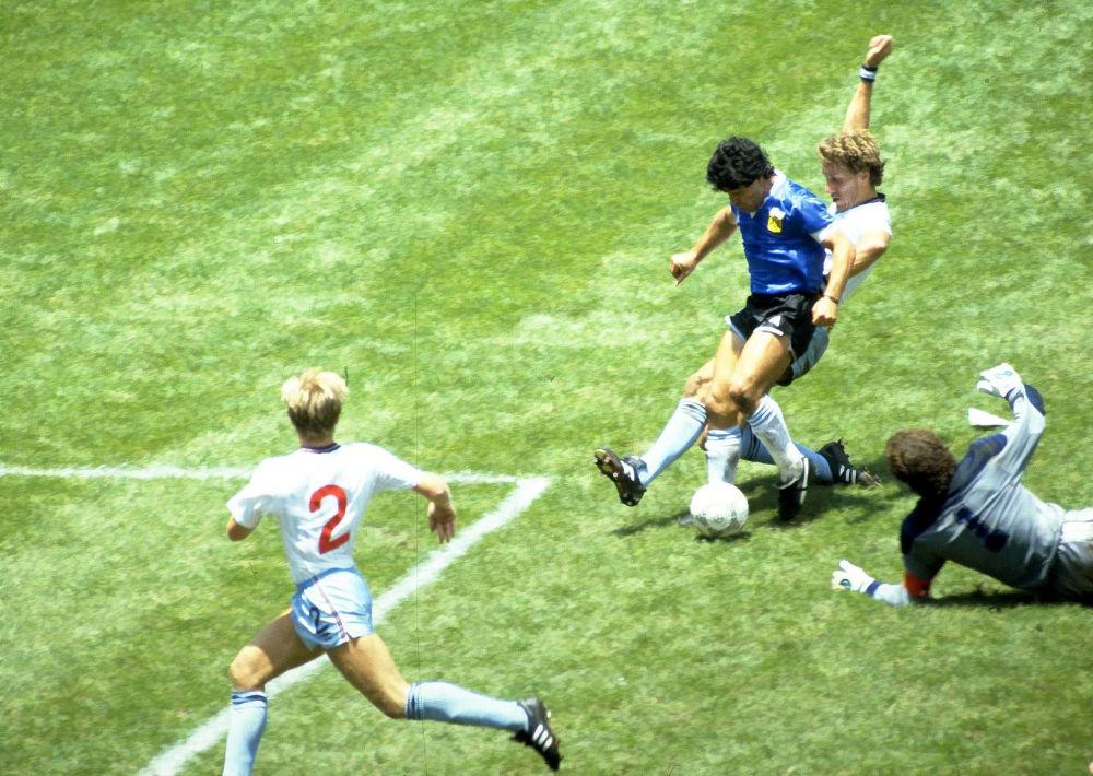 马拉多纳在1986年世界杯四分之一决赛中对阵英格兰队