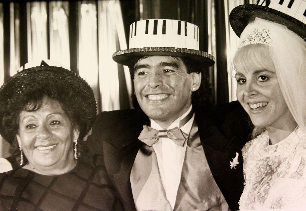 马拉多纳和妻子克劳迪娅以及母亲在婚礼期间,1989年
