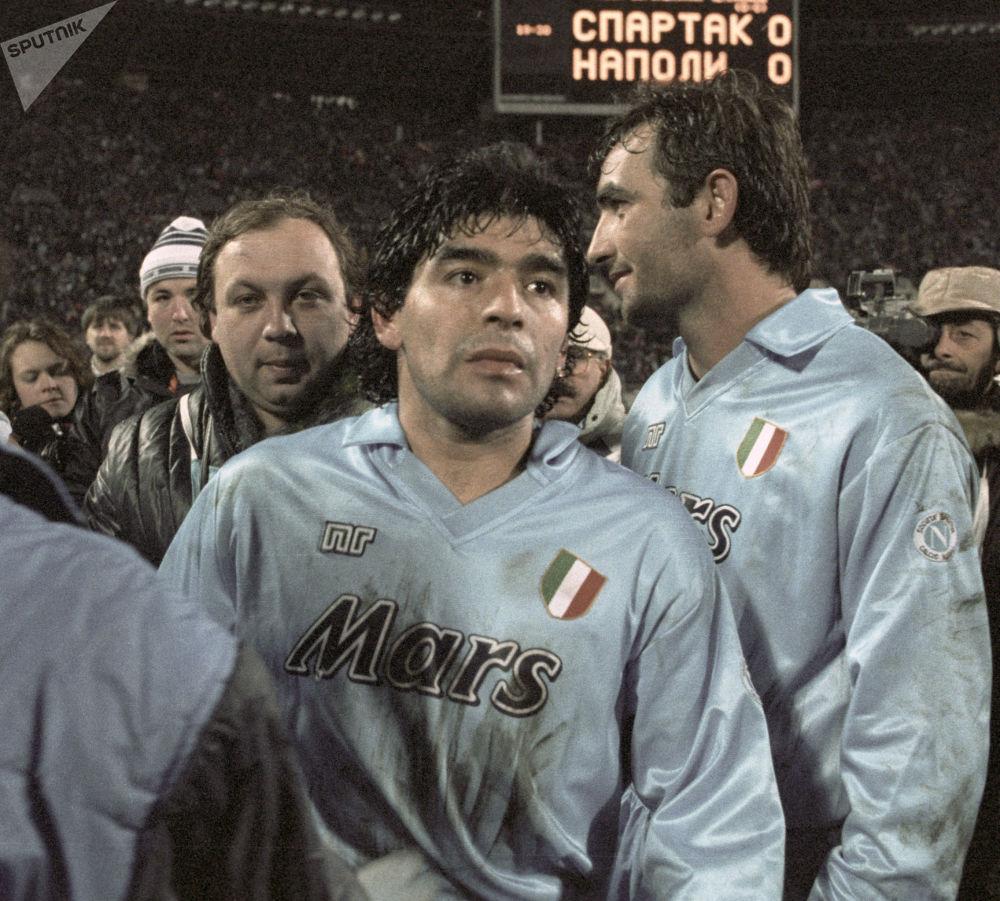 1990年,效力于意大利那不勒斯队的马拉多纳与莫斯科斯巴达克斯队比赛后