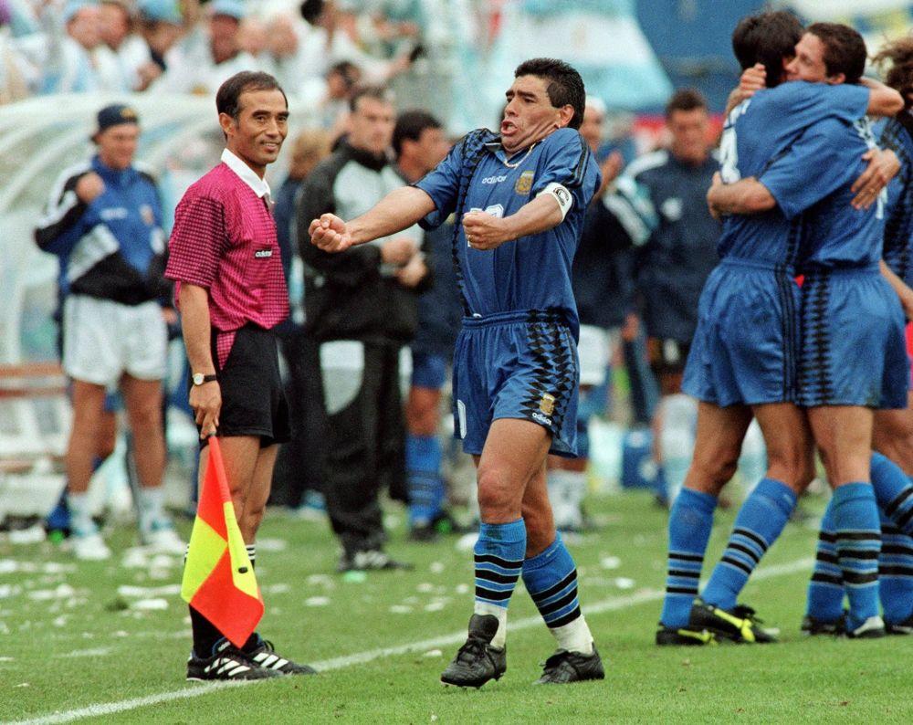 作为阿根廷国家队队长的马拉多纳在1994年世界杯对阵希腊队的比赛上庆祝进球