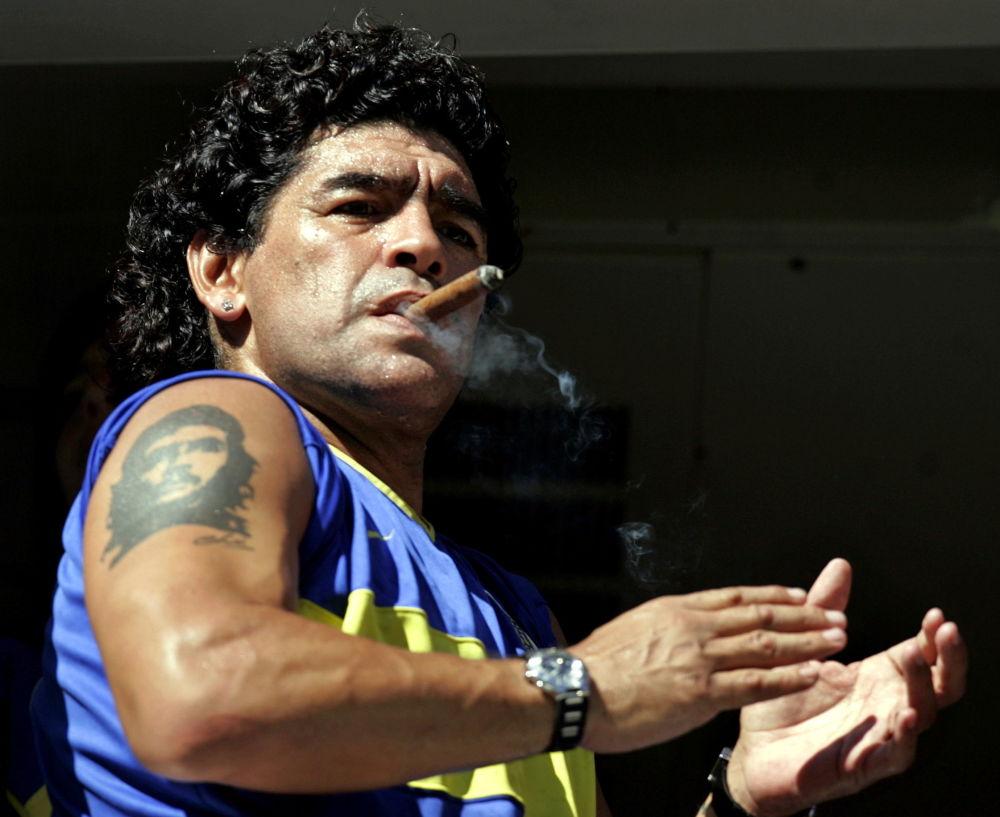 马拉多纳抽着古巴雪茄,身上有切·格瓦拉的纹身