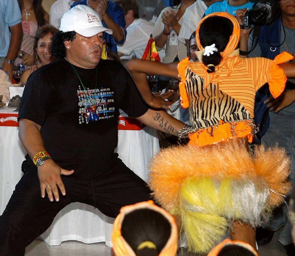 马拉多纳在哥伦比亚足球运动员卡洛斯·巴尔德拉马退役聚会上跳舞