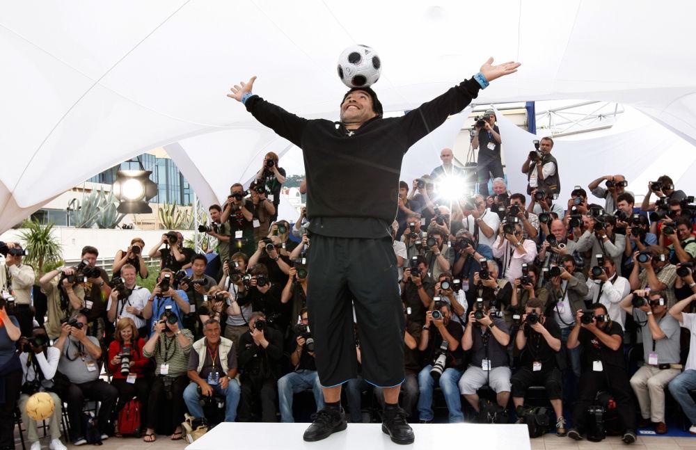 马拉多纳在戛纳为自己的纪录片摆姿势