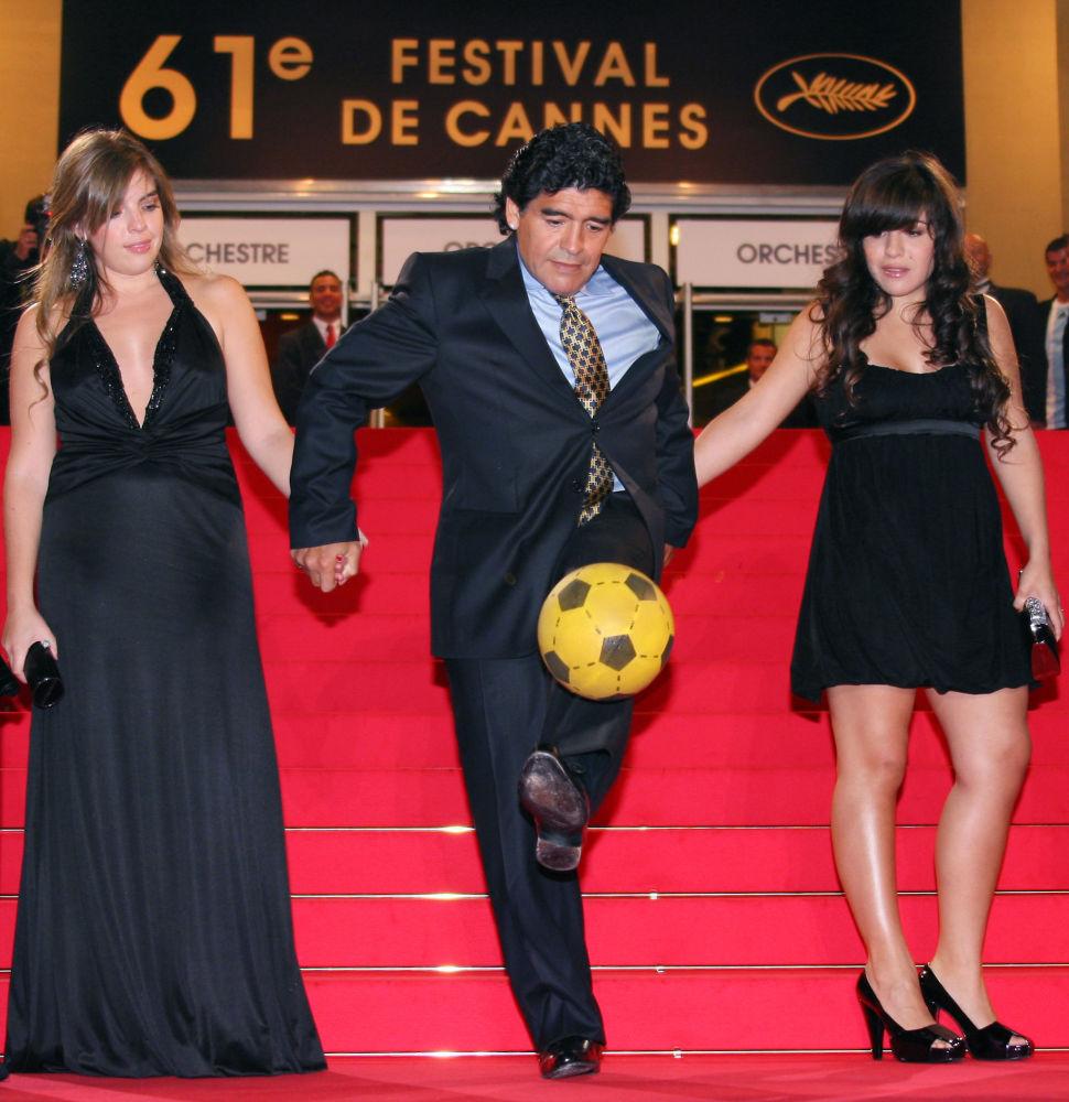 马拉多纳和自己的女儿们在第61届戛纳国际电影节走红毯