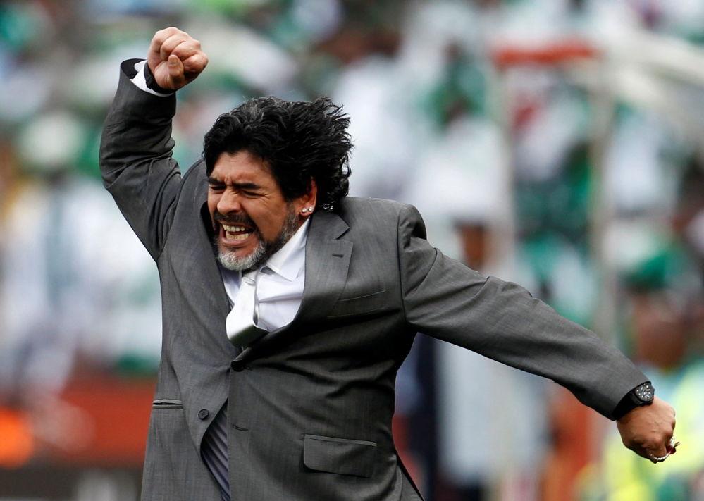 马拉多纳在2010年世界杯阿根廷对阵尼日利亚的比赛中庆祝球队的进球