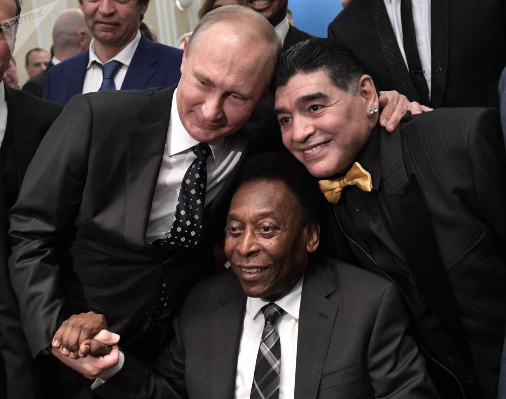 俄罗斯总统弗拉基米尔·普京、巴西足球运动员贝利和阿根廷足球运动员马拉多纳在2018年俄罗斯世界杯抽签期间