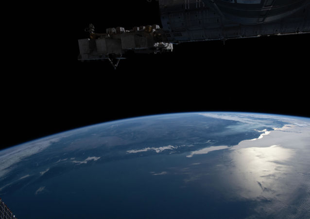 国际空间站考察组在太空行走前排除美国密闭太空服漏气故障