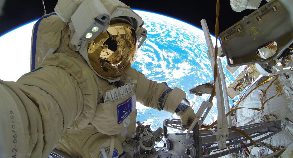 俄罗斯宇航员谢尔盖•库季—斯韦尔奇科在完成太空行走