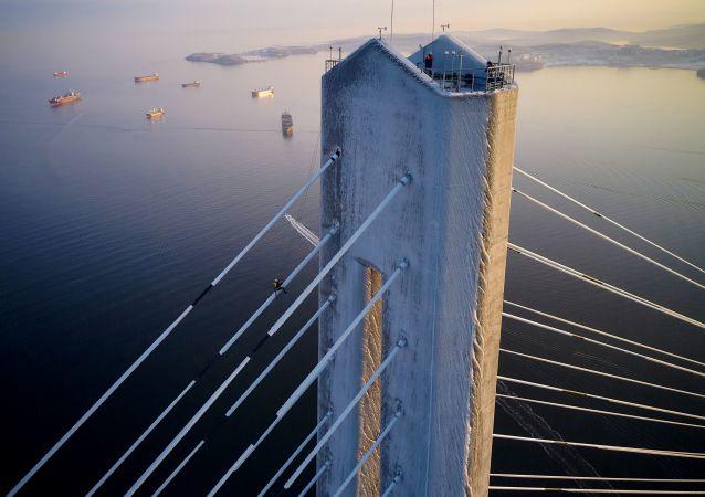 俄哈巴罗夫斯克4名登山运动员将协助清理俄罗斯岛桥梁挂冰