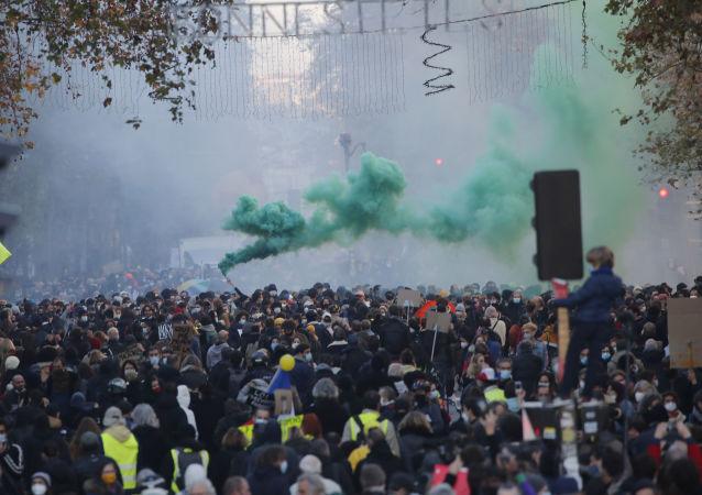 媒体:超13万人参加法国抗议活动反对限制新闻自由