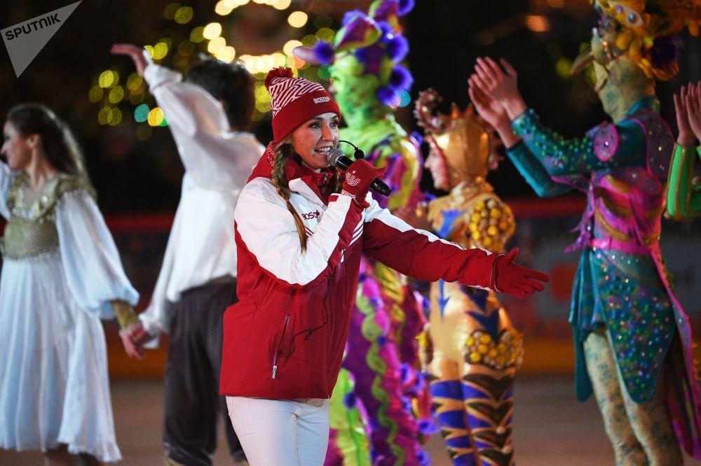 两次世界冠军获得者,冰上舞蹈奥运冠军塔季扬娜·纳夫卡在红场上的古姆溜冰场新溜冰季启动仪式上
