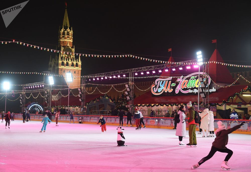 莫斯科红场古姆溜冰场新溜冰季启动仪式上的游客们