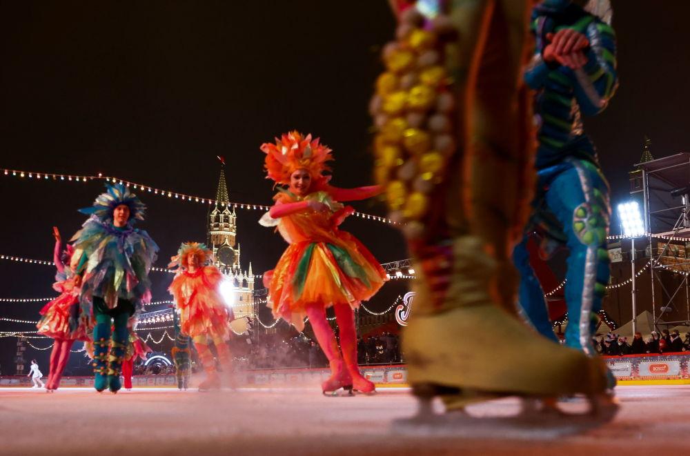 演员们在莫斯科红场上的古姆溜冰场新溜冰季启动仪式上表演