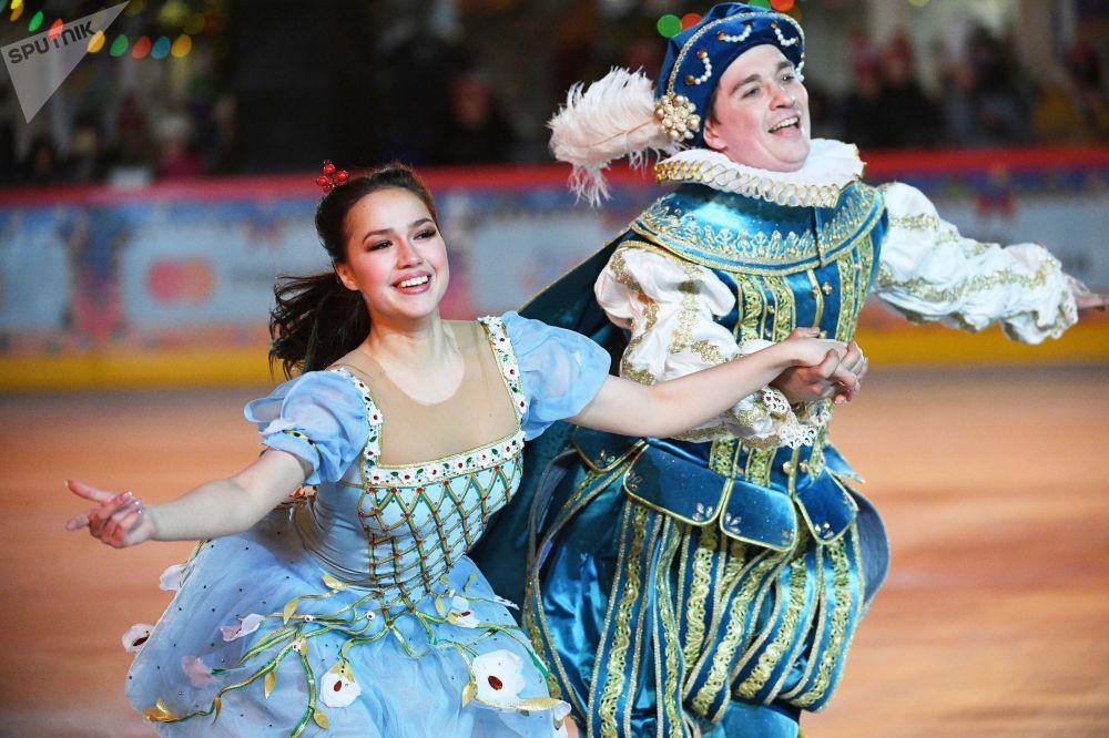 花样滑冰名将阿利娜·扎吉托娃在红场上的古姆溜冰场新溜冰季启动仪式上表演
