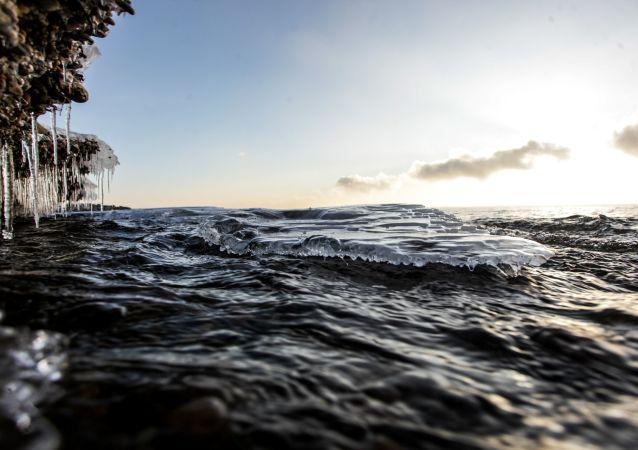 俄女子未穿潜水服创下冰下游泳世界新纪录