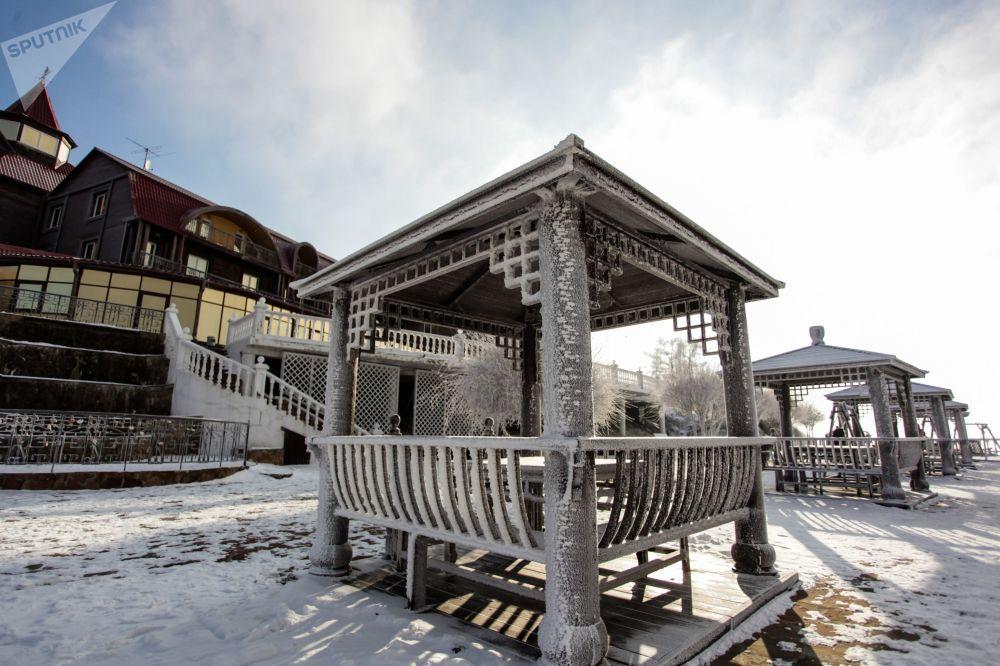 伊尔库茨克州贝加尔湖畔的利斯特维扬卡小镇