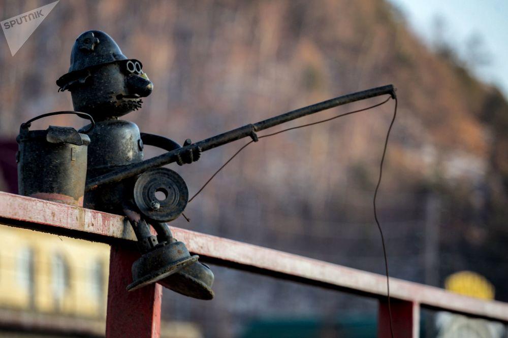 贝加尔湖岸边的垂钓雕塑