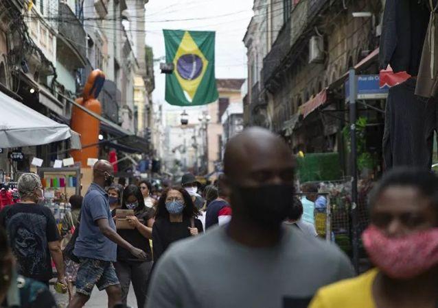 巴卫生部:巴西单日新增新冠病毒感染病例5.6万例