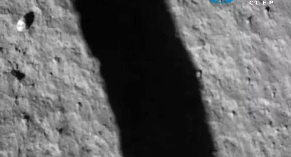 中国嫦娥五号探测器在采集土壤样品后飞离月球表面