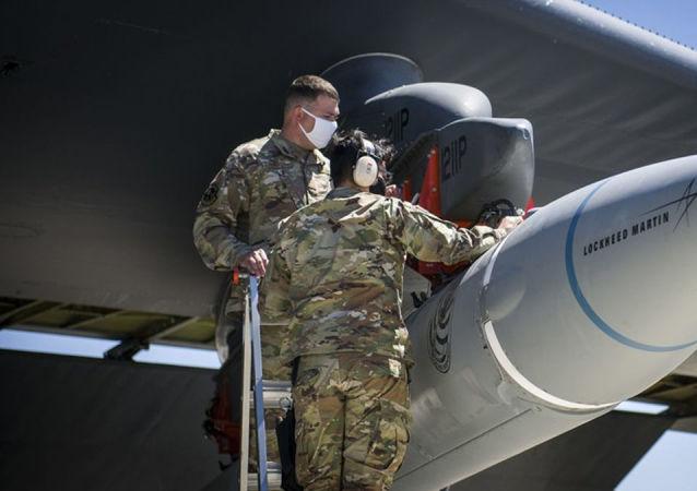 暂未投放的有前景的美国洛克希德·马丁公司高超音速导弹AGM-183A ARRW的试样