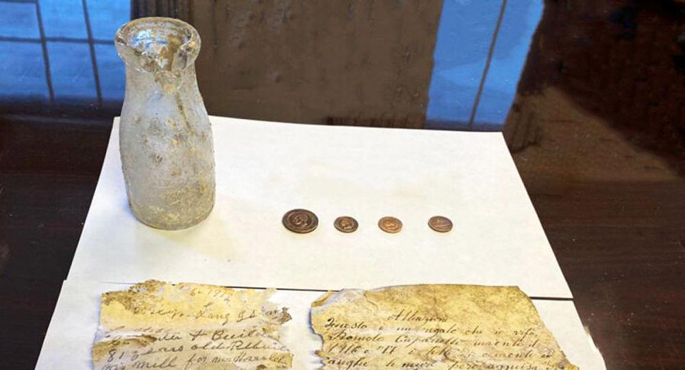 美国修复师在一古磨坊发现一个藏有硬币的奶瓶