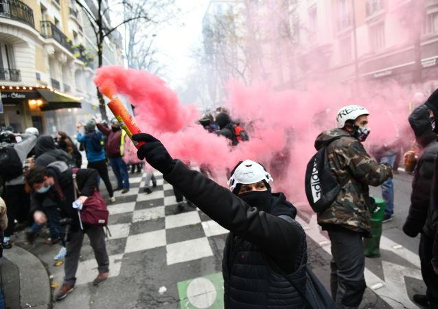 媒体:法国5万人上街抗议反对限制新闻自由