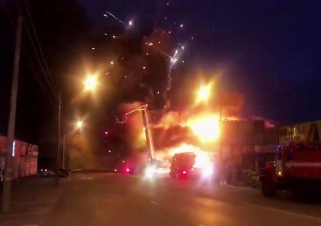 俄紧急情况部:罗斯托夫市场5个着火点中的3个已被扑灭