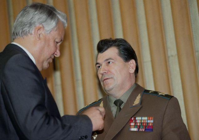 叶利钦和苏联最后一任国防部长、空军元帅叶夫根尼·沙波什尼科夫