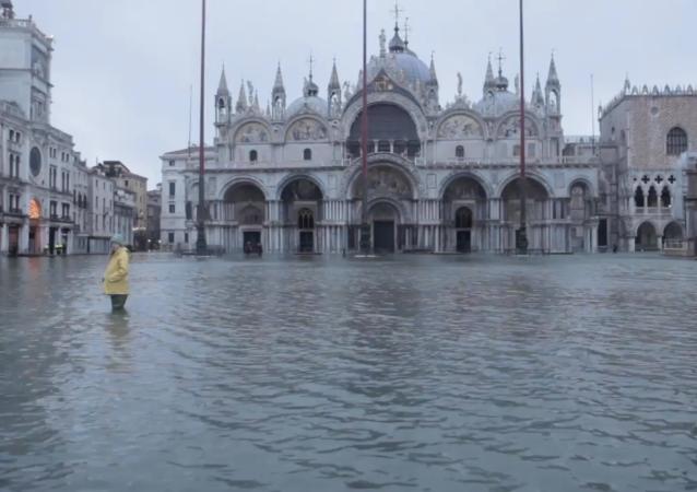 新防洪系统未启动 威尼斯圣马可广场成一片汪洋