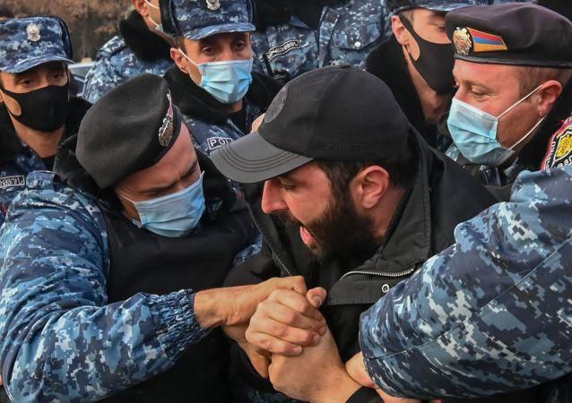 媒体:纳卡失踪者的亲属闯入亚美尼亚国防部