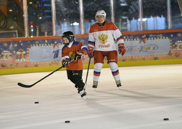 普京实现男孩梦想与他一起滑冰